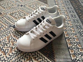 Adidas NEO Cloudfoam Advantage, strl 5½ (38-39), vita, använda en gång - NYSKICK - Johanneshov - Säljer dessa jättefina Adidas NEO Cloudfoam Advantage Stripe! De är, som synes på bilden, i storlek 5½ vilket motsvarar ca 38.5-39 i svenska storlekar. De har en speciell sula med memory foam, vilket gör skon väldigt skön och fotvän - Johanneshov