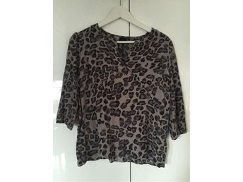 Fin leopardblus, In Wear