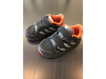 Adidas sneakers storlek 25 i svart orange