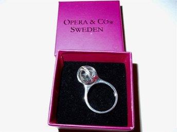 Underbar ring från OPERA med vit bergskristall Bel Mundo 17mm - Luleå - Underbar ring från OPERA med vit bergskristall Bel Mundo 17mm - Luleå