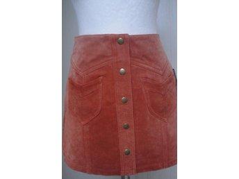 b648812003a0 Ny kort kjol i äkta mocka från H&M (340985361) ᐈ Köp på Tradera