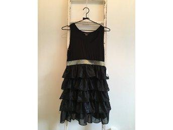 Oanvänd svart klänning med volanger nedtill frå.. (338715749) ᐈ Köp ... a173a5c023150