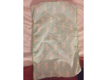 Javascript är inaktiverat. - Bromma - Bloomingville duvet cover and pillow case (påslakanset) for baby bed (spjälsäng) in great condition. Original price 599 sek - Bromma