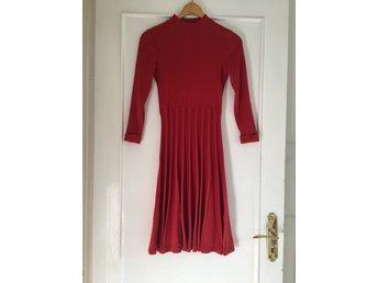 Javascript är inaktiverat. - Malmö - Vacker röd klänning i storlek S, modellen Henna, från Jumperfabriken höstkollektion 2017. Endast använd en gång - som ny!Säljer på grund av att storleken ej passar mig, annars hade jag gärna använt denna många många gånger. Perfekt b - Malmö