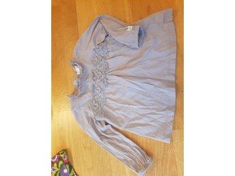 Jättefin lila klänning tröja newbie storlek 80 med spets spetsklänning