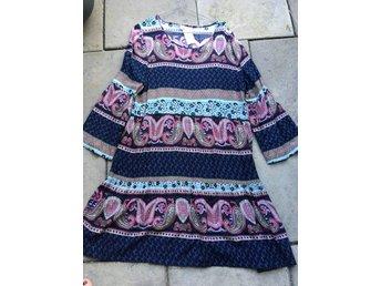 Mönstrad blå olika färger klänning stl 40, nysk.. (419443211