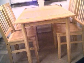 Stabilt matbord i massiv björk inkl. 6 stolar och 2 iläggsskivor