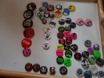 Pins, Goth, Emo, Punk. My chemical romance, bullet for my valentine, med flera