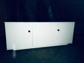 Prima Vit låg byrå trä skänk garderob förvaring hall .. (355570325) ᐈ LK-19