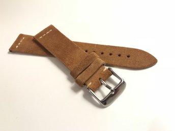 Javascript är inaktiverat. - Hisings Kärra - Klockband i mocka med undersida i läder. Mjuka och följsamma med matchande kantfärg. Färg: Ljusbrunt Bredd: 22mm Tjocklek: ca 2mm Längd: 75mm 125mm Bredd vid spännet: 20mm - Hisings Kärra