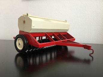 Såningsmaskin ERTL international harvestor skala 1:16