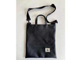 Fin enkel väska i svart i påsmodell