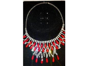 Silverfärgat strass halsband med röda stenar. - Vargön - Silverfärgat strass halsband med röda stenar. - Vargön