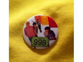999 - STOR Badge / Pin / Knapp (Punk, 1977, London,)