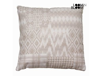 Carla lappverk kudde beige by Loom In Bloom