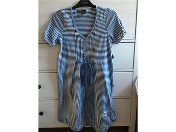 Jättefin randig klänning från House of Lola - Lyckeby - Jättefin randig klänning från House of Lola - Lyckeby