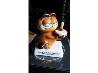 Gustaf med tårta, Garfield i porslin m text, stämplad - Järfälla - Gustaf med tårta, Garfield i porslin m text, stämplad - Järfälla