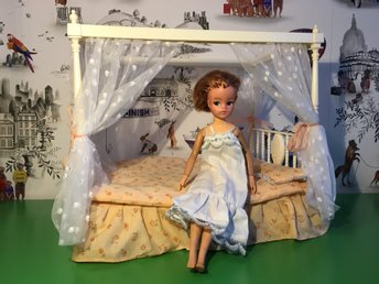 "Vintage Sindy docka doll Pedigree ""Dubble four poster bed"" möbler från 1982"