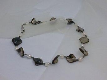 637c2940e8d2 Smycke bijouteri halsband grå vita pärlemorskimrande stenar magnetfäste