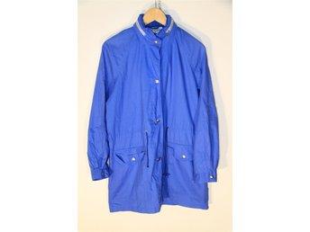 Javascript är inaktiverat. - ängelholm - Vintage 70-tal blå jacka i ett tunt, luftigt poplintyg. Har en huva som kan fällas ut. Har ett litet slitage framtill vid snöret (se bild). I övrigt helt intakt, inga fläckar, mycket bra skick! Märkt M, känns som en 40a. Krage - ärmsl - ängelholm