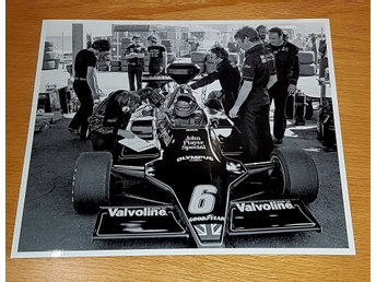 SUPER SWEDE RONNIE PETERSON DEPÅ ANDERSTORP 1978 GLOSSY PHOTO