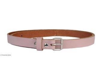Ljusrosa damskärp 113 cm längd, 1,5 cm bredd, äkta läder. FRAKTFRITT - Floda - Ljusrosa damskärp 113 cm längd, 1,5 cm bredd, äkta läder. FRAKTFRITT - Floda