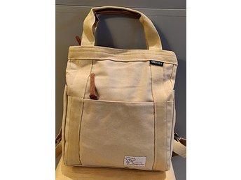 ryggsäck och handväska i ett