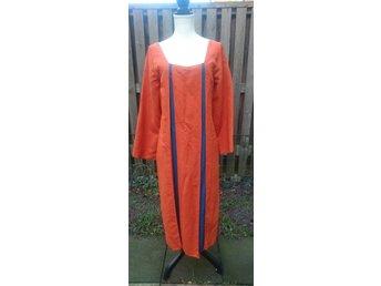 Javascript är inaktiverat. - Göteborg - Fint skuren orange klänning i dubbelt tyg. Tyget är glansigt och med nätstruktur. Vackra infällningar i mörkblått. Dras över huvudet och tyget glider som siden. Skickas spårbart. Ärmhåla till ärmhåla: 48 cm utan att dra ut de blå  - Göteborg