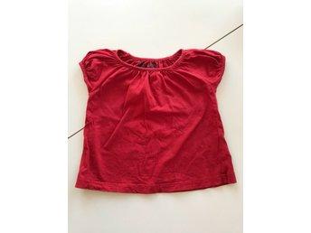 Javascript är inaktiverat. - Nacka - Söt röd t-shirt med puffarm.Något tvättpåverkad. Annats i fint begagnat skick.Rök och pälsfritt hem.Hör av dig vid frågor! - Nacka