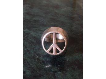 Javascript är inaktiverat. - Stockholm - Ring i silver, peacemärke Storlek ca 17 mmVikt:6,8 gr Peacemärkets strl: Höjd ca: 1,1 cmDiam: 1,7 cmAktuell design. Retro, vintage, ärvd ring från 1970- talet. Har inte hittat liknande i handeln någonstans. Supersnygg men tyvärr fel str - Stockholm