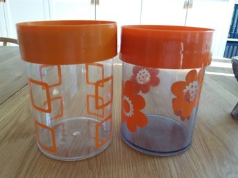 Retro 2 plastburkar burk orange varav en Sally  H. 15 cm.