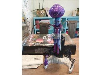 Monster High docka med ställning ,ASTRANOVA, defekt - Kumla - Monster High docka med ställning ,ASTRANOVA, defekt - Kumla