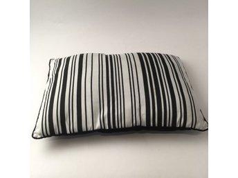 svart vit randig kudde