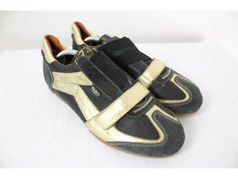 PEPE JEANS Svarta/Guldfärgade Sneakers/Skor Stl: 44 - Borlänge - PEPE JEANS Svarta/Guldfärgade Sneakers/Skor Stl: 44 - Borlänge