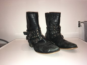 Svarta tuffa boots med nitar b861b8cc09083