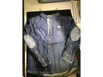 Javascript är inaktiverat. - Fristad - Jeansskjorta i bomull från Pomp de Luxe. Fint begagnat skick, inga noppor eller hål. Titta gärna på mina övriga aktioner, lägger just nu upp fler märkeskläder i storlek 120-140 i liknade skick och samfraktar gärna om du köper fler plag - Fristad