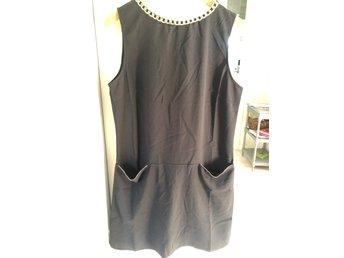 Helt ny klänning strl M med gulddetaljer (405788114) ᐈ Köp