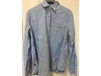 Javascript är inaktiverat. - Stockholm - Genuine Ralph Lauren blue stripy shirt. Good for office or everyday life. Size is large, but also looks good oversize, on a thinner lady, as it is stylish to use a large shirt, a bit like the boys' friend shirt... Good condition. Size L. 100%  - Stockholm