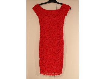 Röd spetsklänning inköpt i London stl Eu 34. KORT AUKTION - Lomma - Röd spetsklänning inköpt i London stl Eu 34. KORT AUKTION - Lomma