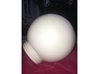 glaskupa lampa vit glansig