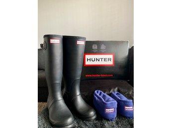 Svarta gummistövlar från HUNTER strl EU 38 samt Hunter sockor i fleece (nya)