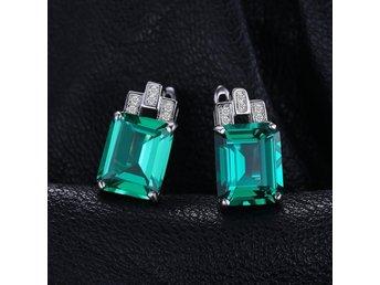 Javascript är inaktiverat. - Stockholm - Silver örhängen med äkta emerald sten Se beskrivning i bilder 1,2,3 Se liknande produkt i mina auktioner : Silver hänge med äkta emerald sten Se beskrivning i bilder 1,2,3 Objektsnr: 299939230 Skickas i vinröd sammet present påse Frakt  - Stockholm