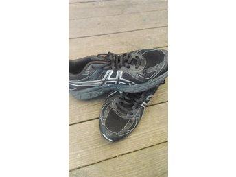 Javascript är inaktiverat. - Eksjö - Skor är använda. Skor är hela och i bra skicka fast på ett skor lossnade en bit (se bild 3) Skorna säljs inte på grund av detta de säljs för att de började att bli små i storleken. - Eksjö