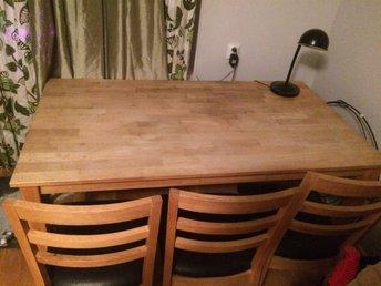 Javascript är inaktiverat. - Uppsala - Ett massivt köksbord i ek samt 3stycken stolar. Bordet har måtten 190cmx90cmx45cm. Stolarna har lite märken i skinnet, går att åtgärda med stolsöverdrag därav det låga priset. Bordet är i utmärkt skick. 3 stolar på ena sidan och en l - Uppsala