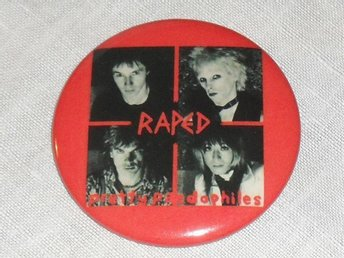 RAPED - STOR Badge / Pin / Knapp (Punk, Cuddly Toys, KBD, Stooges,)