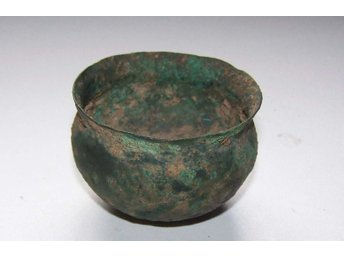 Bronzeage drinking cup made of bronze - 6 cm diameter.