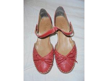 Javascript är inaktiverat. - Kristinehamn - ballerina med liten klacka så fina röda skor från reiker lite märken innuti efter en lös sula som legat där se bild 1 mycket fina annars st 36 men är rymmliga passar 37 - Kristinehamn