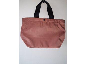 Puderrosa väska i nylon från Uniqlo