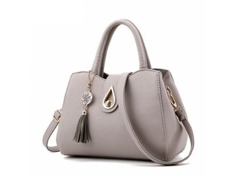 Javascript är inaktiverat. - Bolton - Beautiful large shoulder handbag Featured a zip closure Contains an outer zipped pocket ,an inner zipped pocket and two inner open pockets Comes with a long detachable matching shoulder strap Made from high quality faux leather Stylish and perfec - Bolton