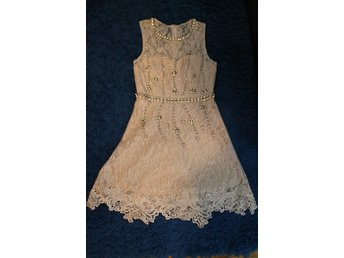 Javascript är inaktiverat. - Huskvarna - säljer en ljus klänning från NLY ONE i storlek 36, med strass på bältet och med spets på kjolen, slutsåld, superfint skick! Använde den bara en gång. Den ser ut som ny! kolla gärna in mina övriga auktioner! Trevlig budgivning! :) - Huskvarna